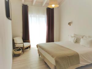 A bed or beds in a room at Pure Fonte Velha B&B
