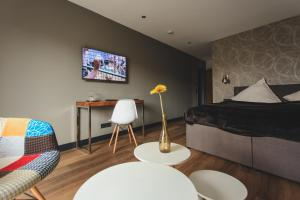 A television and/or entertainment centre at Niteroom Boutiquehotel & Apartements