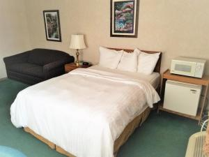A bed or beds in a room at Abby Inn