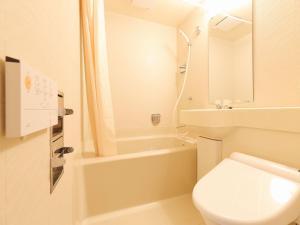 Kamar mandi di APA Hotel Toyama-Ekimae