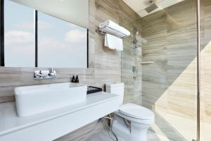 A bathroom at The Quarter Ari by UHG