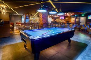 A billiards table at Citymax Hotel Bur Dubai