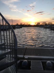 De zonsopgang of zonsondergang vanuit de boot