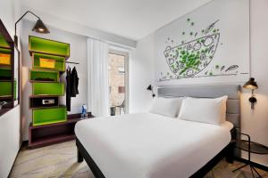 A bed or beds in a room at Ibis Styles Jerusalem City Center - An AccorHotels Brand