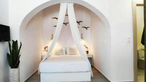 A bed or beds in a room at Blue Paradise