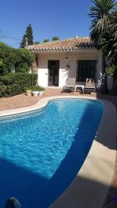 Poolen vid eller i närheten av Front line Beach Villa Marbella