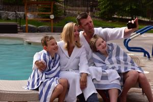 A family staying at Stoneridge Mountain Resort by CLIQUE