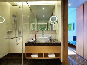 A bathroom at Vivanta Chennai IT Expressway OMR