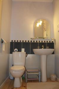 A bathroom at L'Oustal de l'Annetta Chambres et Tables d'Hôtes