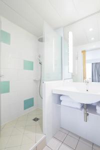 A bathroom at Novotel Paris Centre Tour Eiffel
