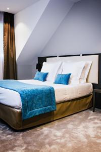 Een bed of bedden in een kamer bij Auberge Du Père Bise - Jean Sulpice