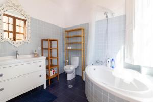 A bathroom at World Heritage House with River View