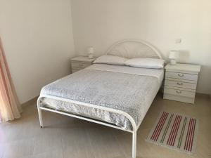 A bed or beds in a room at Alvor Apartments