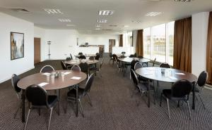A restaurant or other place to eat at Hampton by Hilton Luton Airport