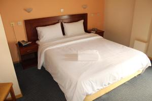 A bed or beds in a room at Hili Hotel