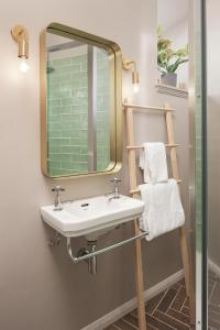 A bathroom at Cathedral House Hotel