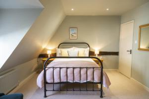 A bed or beds in a room at The Cross Keys, Aldeburgh