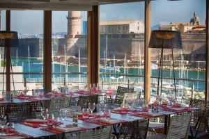 A restaurant or other place to eat at Novotel Marseille Vieux Port