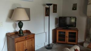 Télévision ou salle de divertissement dans l'établissement La Petite Maison