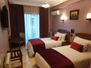 سرير أو أسرّة في غرفة في Hôtel Amouday