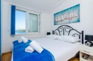 A bed or beds in a room at Apartments Lorena Mljet