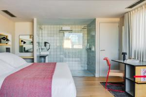 A bed or beds in a room at Hotel Brummell