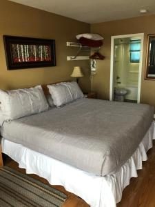 A bed or beds in a room at Anchor Motel and Suites