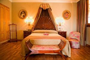 A bed or beds in a room at La Cueva Park