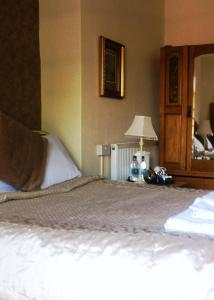 A bed or beds in a room at Georgian House Hotel
