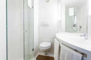 A bathroom at Ibis Valencia Alfafar
