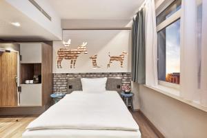 Ein Bett oder Betten in einem Zimmer der Unterkunft H+ Hotel Bremen