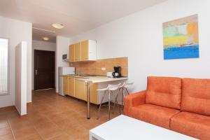 A seating area at Apartamentos Maxorata Beach