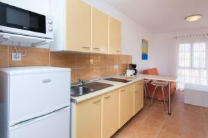 A kitchen or kitchenette at Apartamentos Maxorata Beach