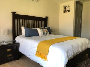 A bed or beds in a room at Yalama bed and breakfast