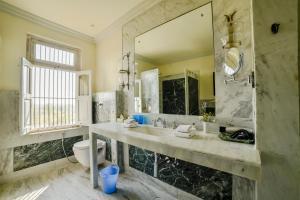 A bathroom at Bujera Fort