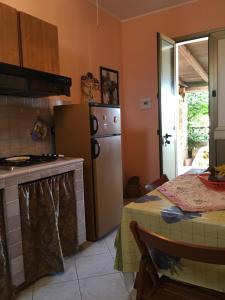 A kitchen or kitchenette at A due passi da Cala Pisana