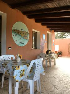 A restaurant or other place to eat at A due passi da Cala Pisana