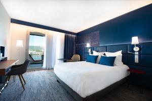 A bed or beds in a room at Hôtel Mercure Toulon La Seyne-Sur-Mer