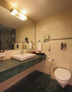 A bathroom at Red Fox Hotel, Alwar