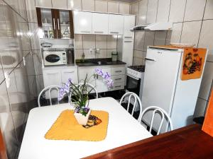 A cozinha ou cozinha compacta de Gramado Suites Residence possui 5 quartos e 5 banheiros