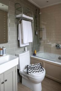A bathroom at Harington's Hotel