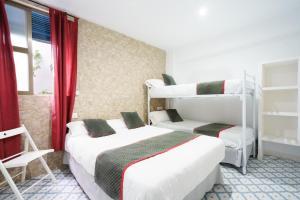 A bunk bed or bunk beds in a room at Pensión Riad Mediterraneo