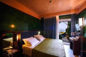 A bed or beds in a room at Hotel Graal