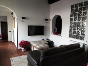 A seating area at la baita