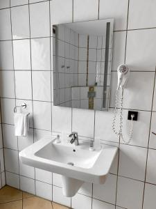 A bathroom at Hotel Akazienhof