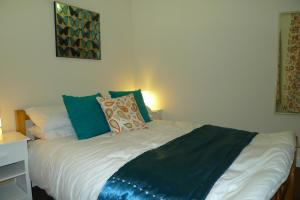 A bed or beds in a room at Courtyard Cottage