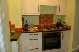 A kitchen or kitchenette at Courtyard Cottage