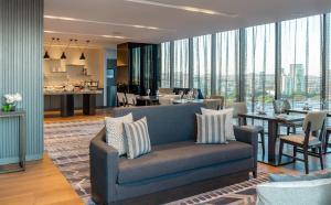 A seating area at Hilton Guadalajara Midtown