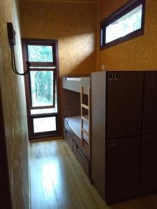 Uma ou mais camas em beliche em um quarto em Graxaim Ecohostel