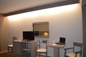 Μια τηλεόραση ή/και κέντρο ψυχαγωγίας στο Achillio Hotel